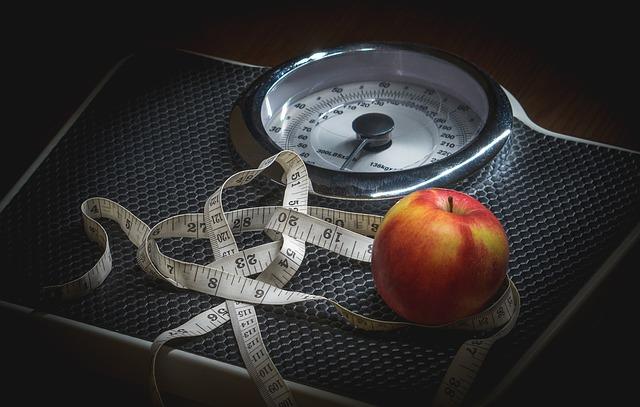 osobní váha s jablkem a metrem