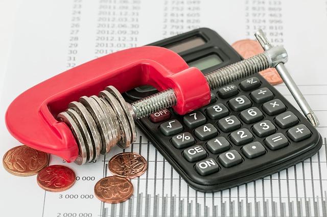 mince ve svěráku, kalkulačka
