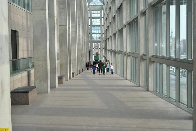 Pohled do chodby moderní galerie