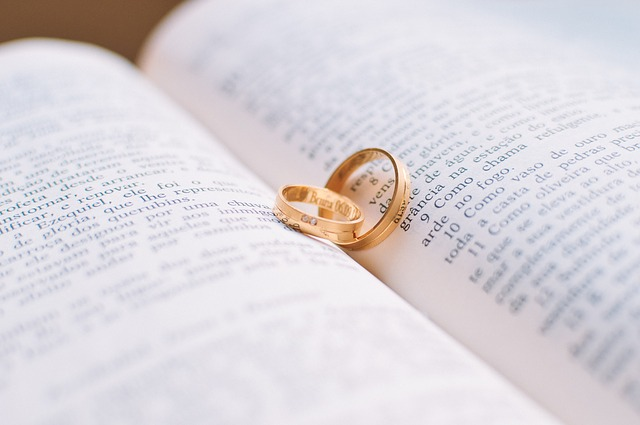 snubní prsteny, otevřená kniha