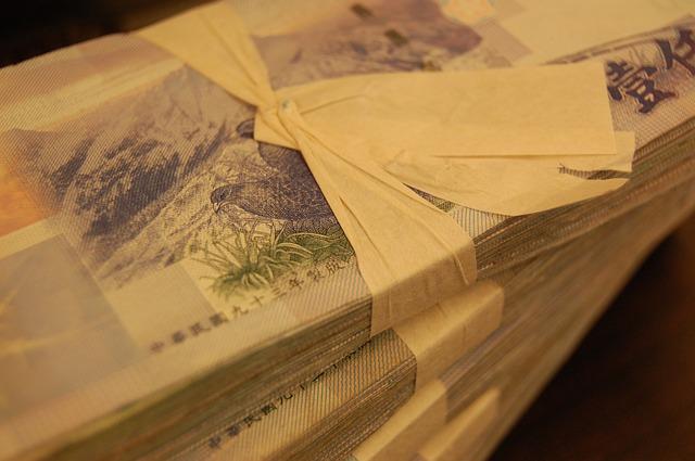 balíčky bankovek převázané stužkou